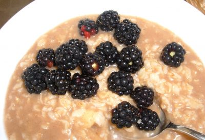 cinnamon banana oatmeal with blackberries